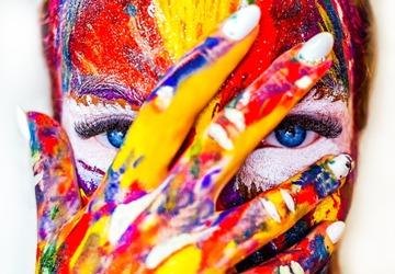 Gesicht mit bunter Farbe
